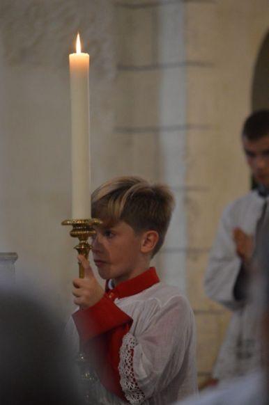 09 - Messe en la collégiale Saint-Martin de Bollène - l'un des enfants de chœur pendant le chant de l'évangile