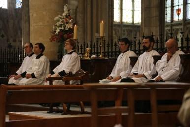 09 - messe du samedi des Quatre-Temps de septembre en la collégiale Notre-Dame de Mantes - chantres & grands clercs dans les stalles de la collégiale