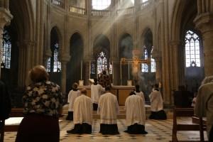 13 - messe du samedi des Quatre-Temps de septembre en la collégiale Notre-Dame de Mantes - élévration du sang du Christ
