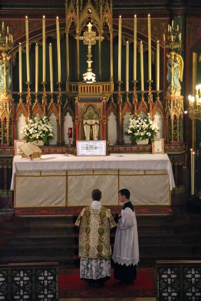 Messe de la solennité de l'Epiphanie - proclamation de la date de Pâques et des fêtes mobiles par le diacre tourné vers l'Orient liturgique.