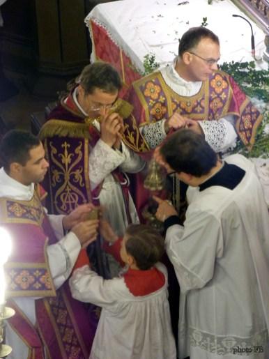 Rameaux 2015 - 06 - imposition de l'encens avant l'évangile des rameaux