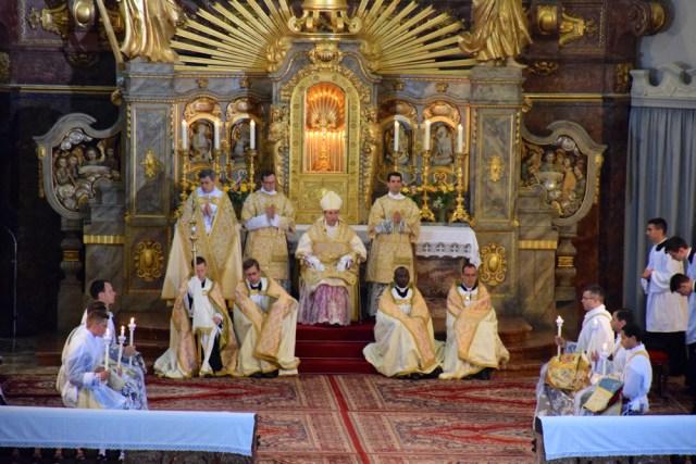 Monition de l'évêque aux futurs prêtres.