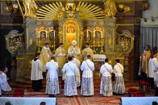 Avant l'imposition des mains par le pontife.