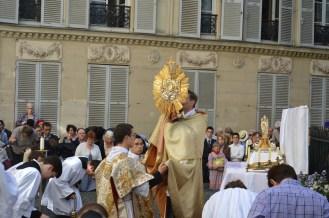 21-Procession de la Fête-Dieu - Bénédiction du Très-Saint Sacrement au second reposoir