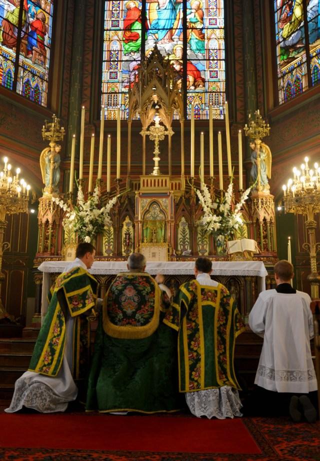 A l'aspersion de l'eau bénite avant la grand messe.