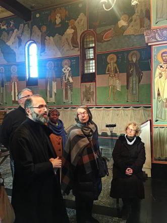 Chevetogne - visite de l'église haute byzantine par le frère Michel
