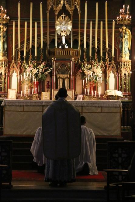 01-Messe de reposition des Quarante-Heures coram Sanctissomo - arrivée du célébrant