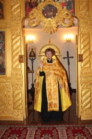 Prêtre byzantin portant le phélonion. La partie avant du vêtement est désormais coupée pour faciliter les gestes liturgiques.