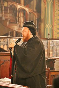 Mor Nicodemus Daoud Sharaf chante une hymne à la Mère de Dieu