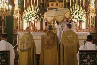 Début de la procession du Très-Saint Sacrement