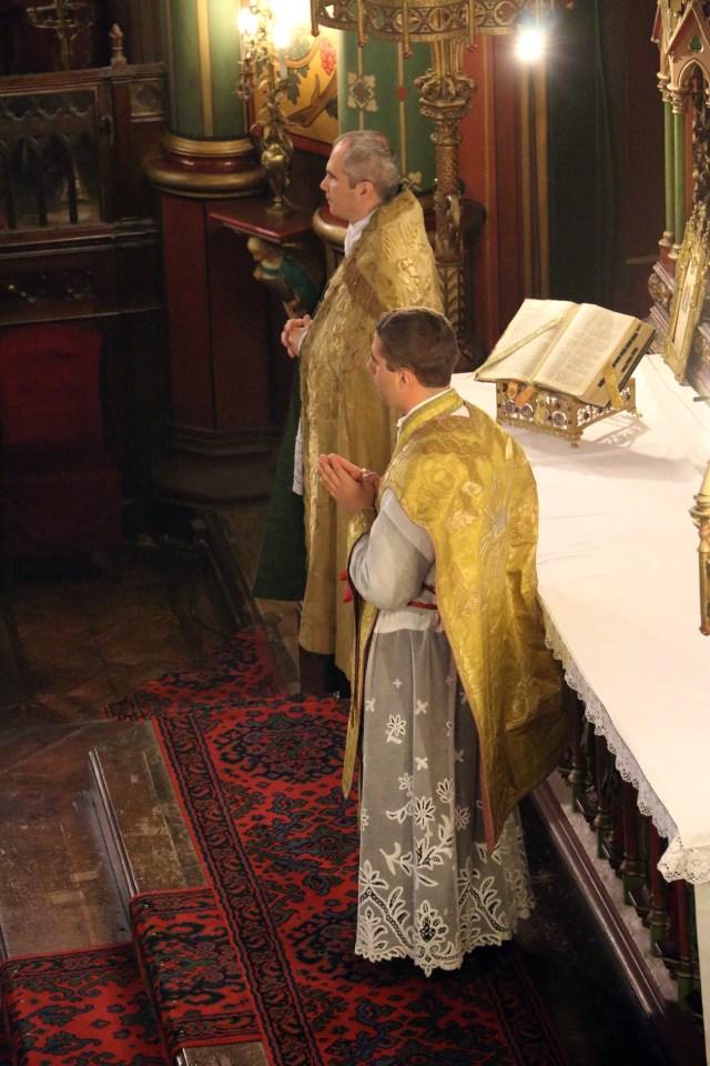 Pendant le chant de l'évangile par le diacre.