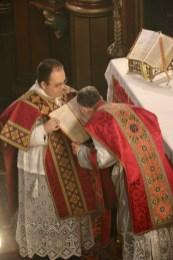 Baiser de l'évangéliaire après le chant de l'évangile