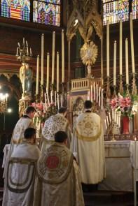 Avant les vêpres de la Fête-Dieu exposition et encensement du Très-Saint Sacrement
