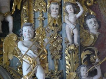 Peisey-Nancroix, église de la Trinité : retable majeur, détail : ange avec un instrument de la Passion.