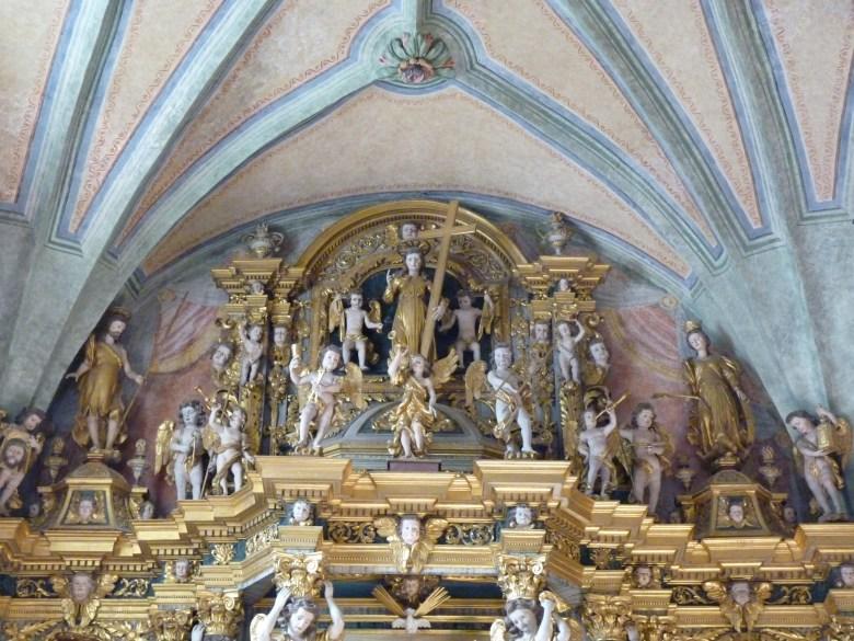 Peisey-Nancroix, église de la Trinité : attique du retable majeur.