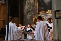 La Schola Sainte Cécile chantant la messe dans le sanctuaire de Sancta Maria delle Grazie