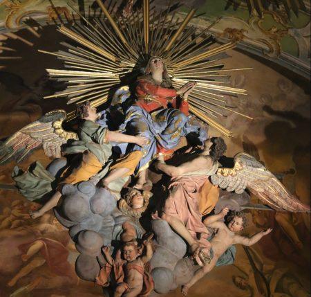 Statues dans la basilique, consacrée à l'Assomption de la Vierge