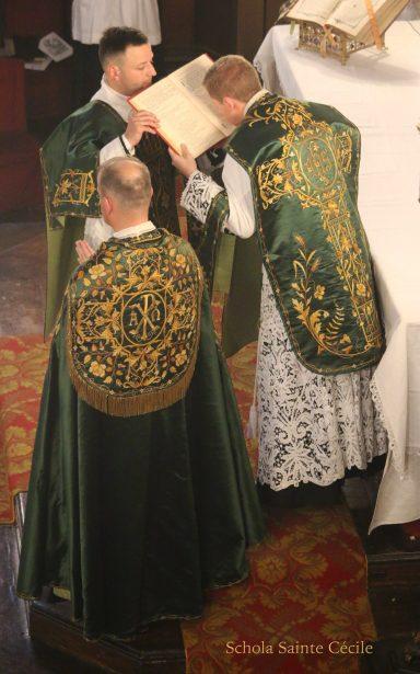 Première messe de M. l'Abbé Guillaume, fssp : baiser de l'évangile