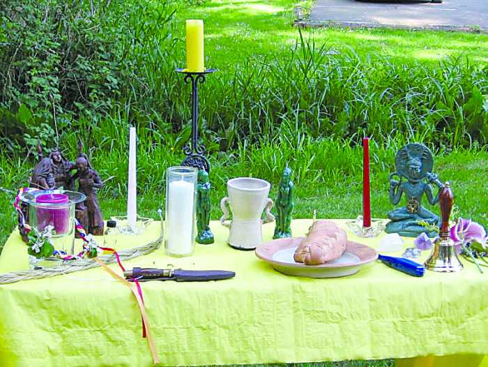 Wiccan_altar_Wikipedia-Org