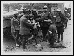 A French Doctor treating a British Tommy, showing that Allied cooperation was frequent despite separate medical arrangements existing.
