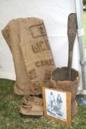 """Le """"goni"""", sac de jute aux multiples réemplois.  Le pilon à café."""