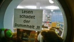"""Auch eine Bibliothek hat """"Nebenwirkungen"""", wie dieses Plakat in Alpnach zeigt."""