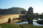 Auf der Bahnreise durch Schottland stehen auch Burgen wie das Eilean Donan Castle im Programm.