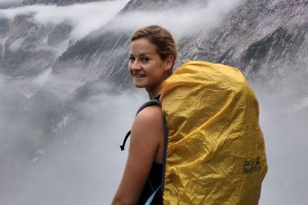 Unsere Reiseleiterin Leonie Wachholz mag am liebsten die Wanderreise durch Schottand fuehren.