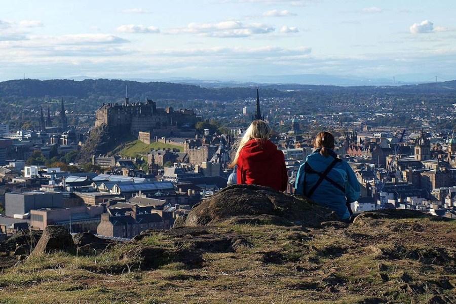 Edinburgh aus der Vogelperspektive lohnt sich bei der Wander-Bahnreise Schottland.