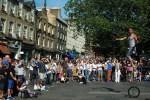 Im Sommer finden in Edinburgh viele Festivals statt, die von der ganzen Familie auf Reise besucht werden können.