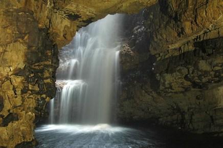 Auf einer Rundreise durch Schottland auf der NC500 kommt man auch in Durness am Smoo Cave vorbei.