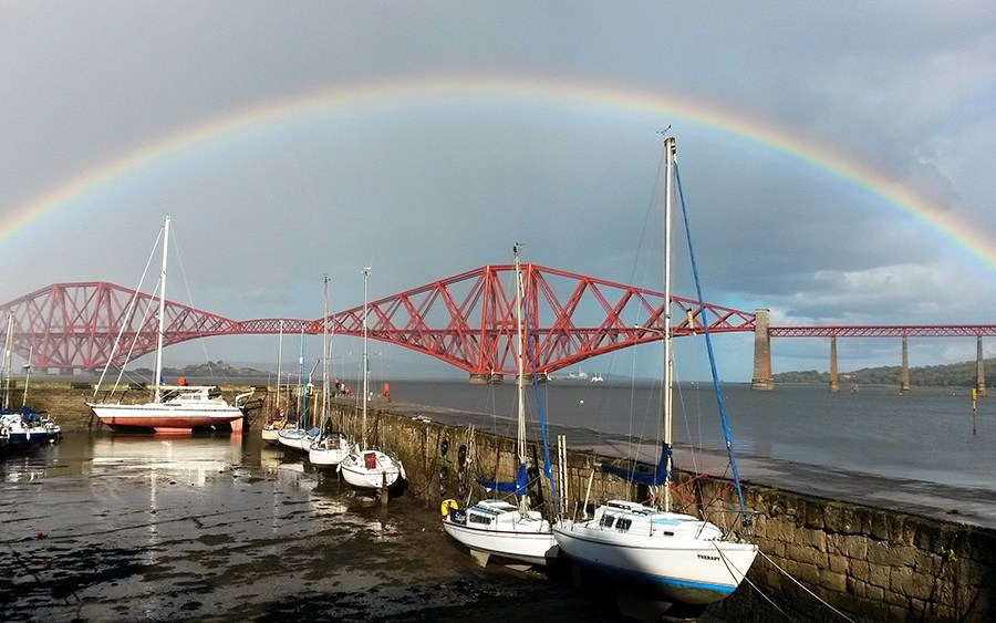 Beginnen kann man die Rundreisen durch Schottland in South Queensferry, einem alten Faehrort.