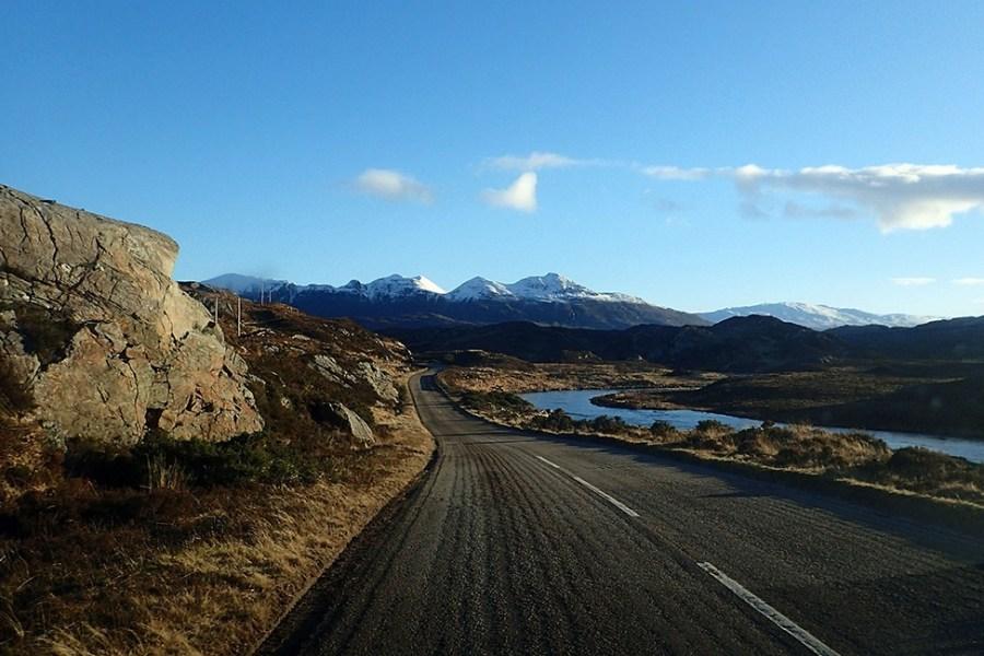 Vor allem in Assynt sind die Strassen auf der indiiduellen Rundreise Schottland eng und einspurig.