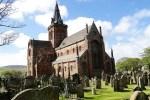 Die St Magnus Cathedral thront im Zentrum von Kirkwall, das sie auf der Okrney Rundreise besuchen.
