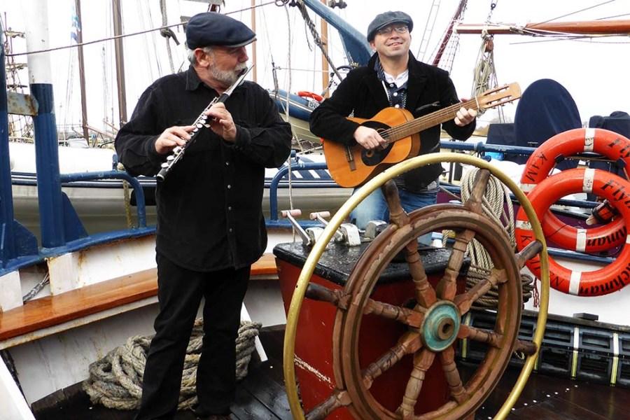 Auf dem Segelschiff Flying Dutchman wird während einer Segelreise viel Musik gemacht.