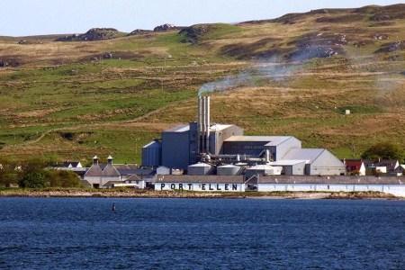 Auf der Segelreise Segeln und Whisky in Schottland besucht man verschiedene Destillerien.