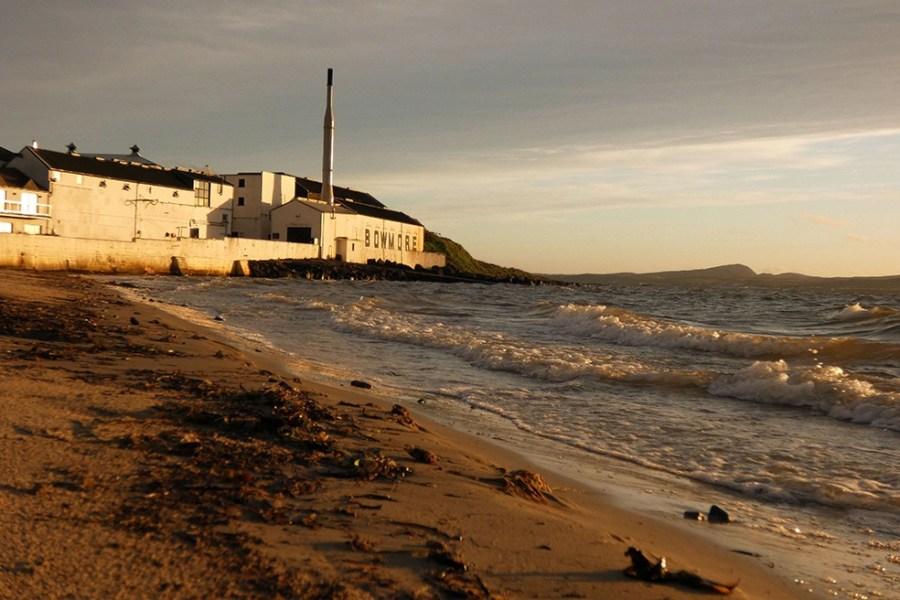 Das Bild der Bowmore Distillery wurde in der Morgendaemmerung auf unserer Whiskyreise Islay aufgenommen.