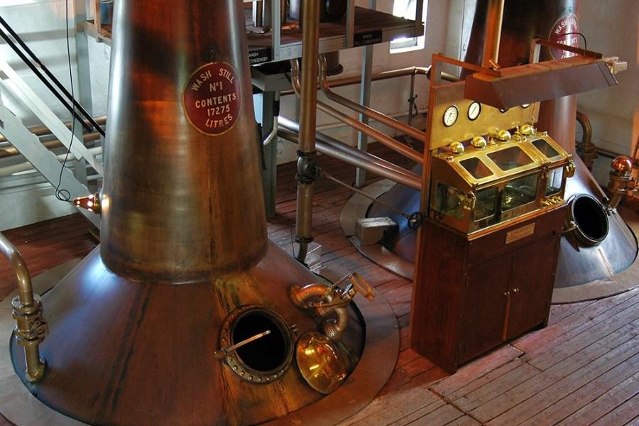 Bei Bruichladdich werden wir auf unserer Whiskyreise nach Islay an einer Tour durch die Brennerei teilnehmen.