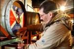 Die Flaschenabfuellung bei Bruichladdich ist eine sehr beliebte Beschaeftigung auf unserer Whiskyreise nach Islay.