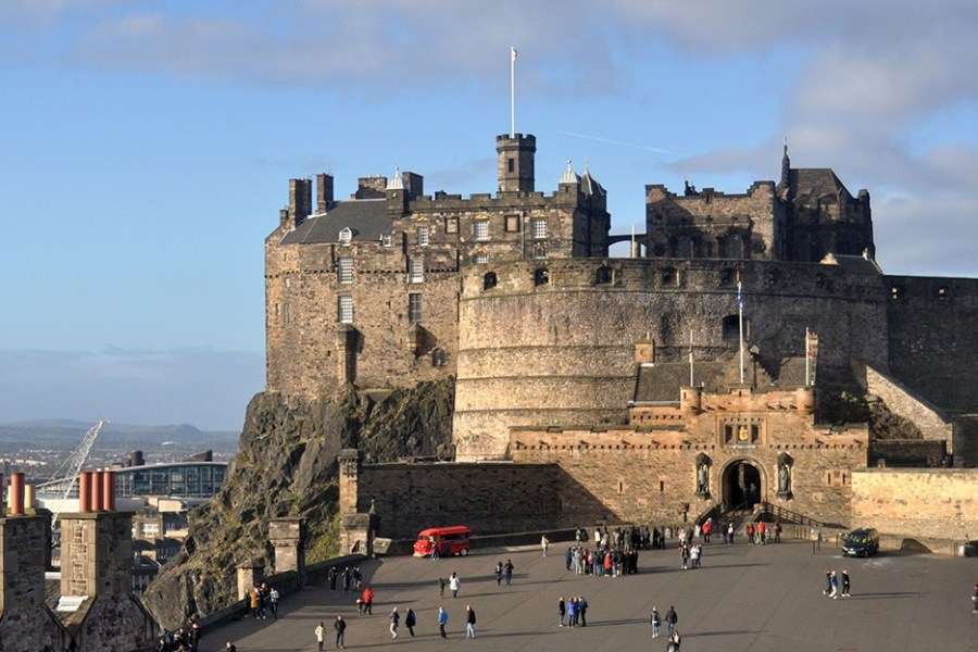 Das Edinburgh Castle in Schottland gehört zu den berühmtesten Burgen in Großbritannien und kann während einer Bahnreise durch Schottland besucht werden.