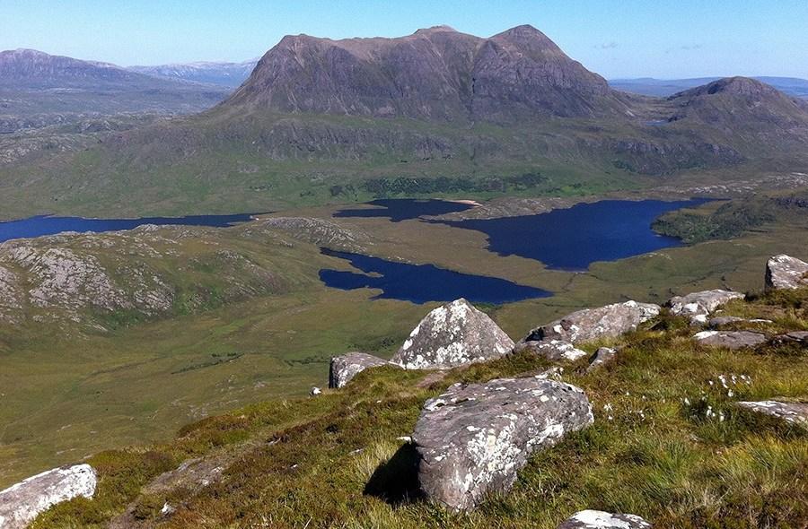 Die Gebirgsregion Assynt bietet majestaetische Landschaften und ist ideal fuer einen Wanderurlaub in Schottland.