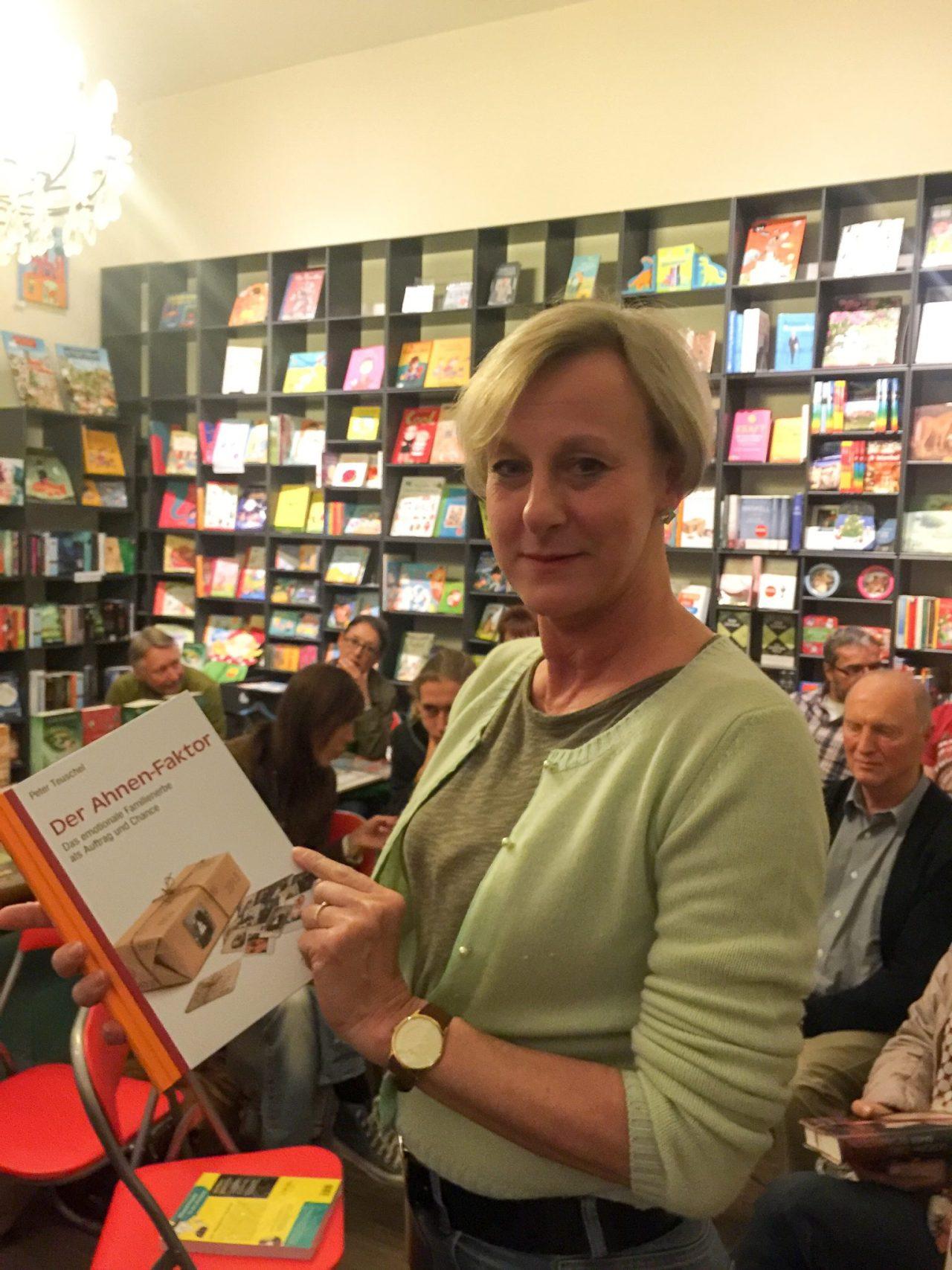 Die Chefin der Glockenbachbuchhandlung, Petra Schulz, mit dem Ahnen-Faktor
