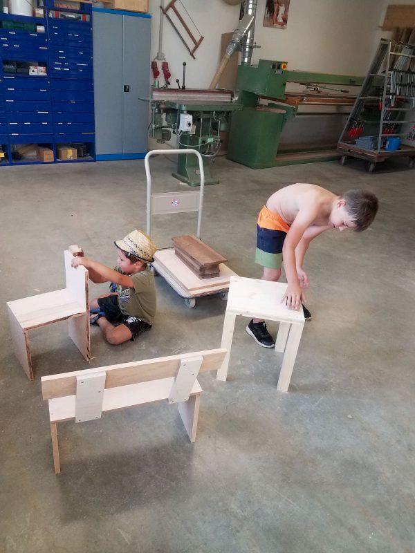 Spielende Kinder in Schreinereiwerkstatt