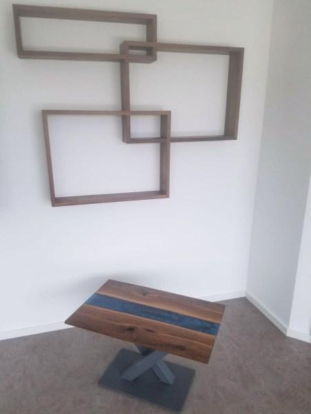 Wandregal und Tisch