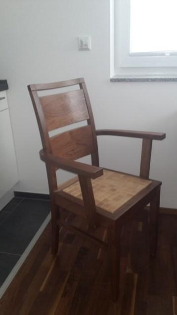 635 Stuhl mit Armlehne in Nußbaum, Einlage in Ahorn (3)