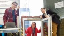 """Jugend forscht 2017: """"Nie wieder Reinregnen!"""" Simon Glöckner, Florian Janot und Richard Kläsges (nicht im Bild) haben die passende Lösung gefunden (mit Angelika Möbius, der Leiterin des SG Technikums)."""