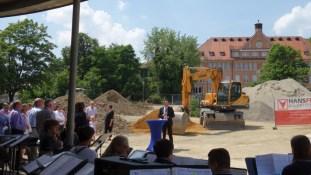 21.06.2017: Die Stadt investiert 4,5 Millionen, das Land zahlt 900.000. Oberbürgermeister Thilo Rentschler erinnert den Landtagsabgeordneten an die Verpflichtung, die Kommunen bei Investitionen in Bildung zu unterstützen.