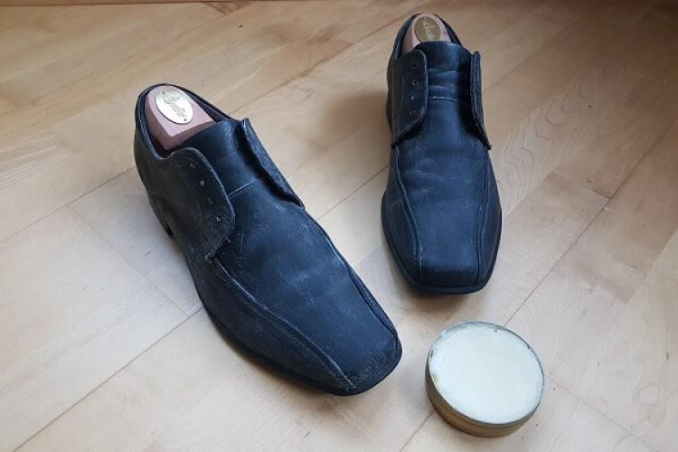 Schuhe mit aufgetragenem Wachs