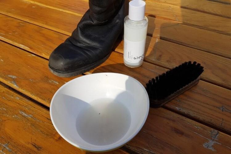 Flecken auf Glattlederschuhen entfernen