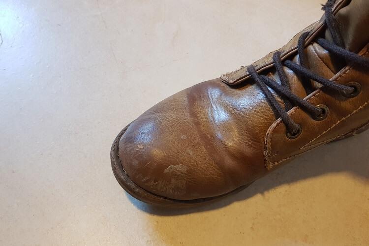 Schmutziger hellbrauner Schuh